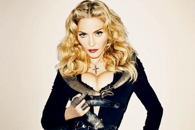 Мадонна удочеряет двух девочек
