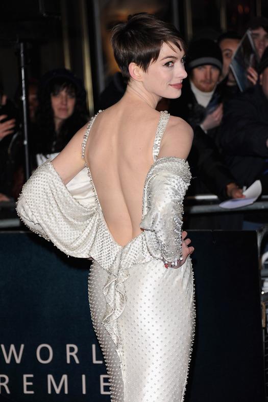 Энн Хэтэуэй - белое платье с открытой спиной