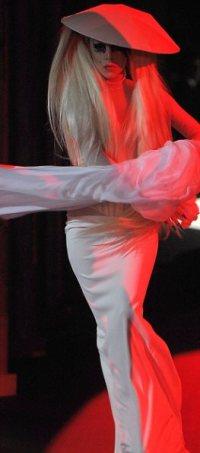 Белое платье Леди Гаги