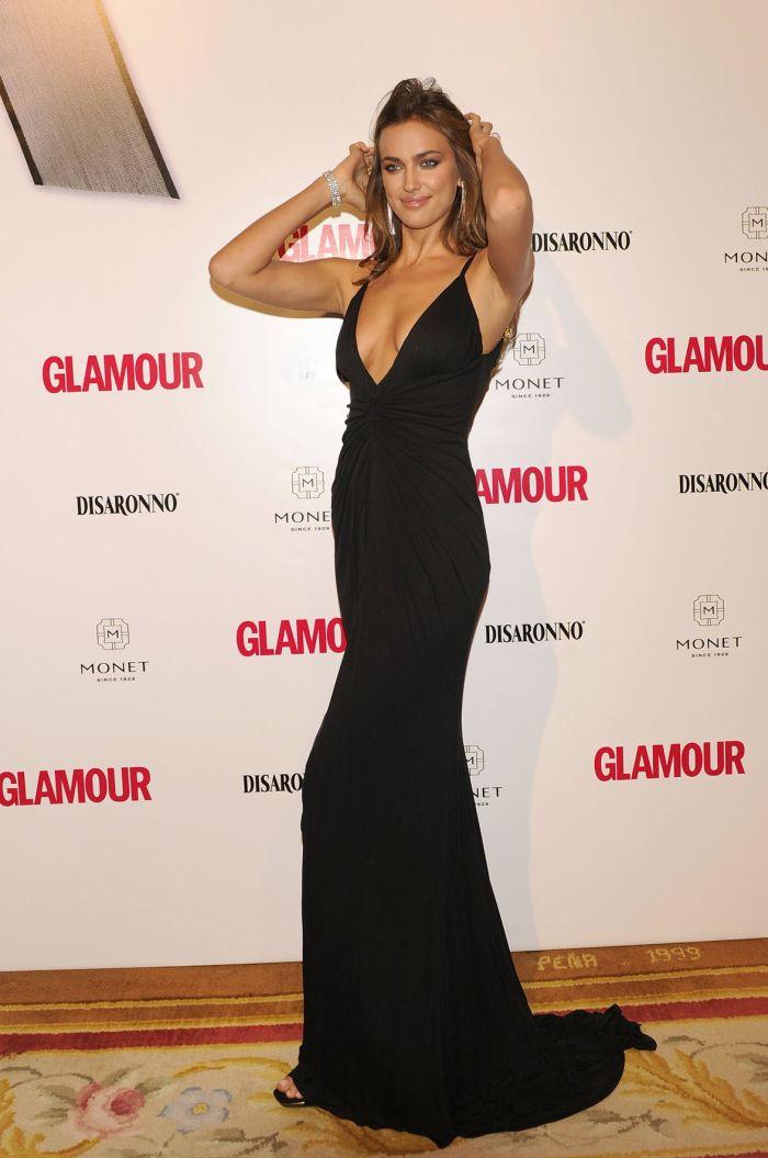 Черное платье с большим вырезом Ирины Шейк