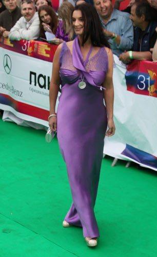 грудь стриженовой фото в платье царицы даёт себе
