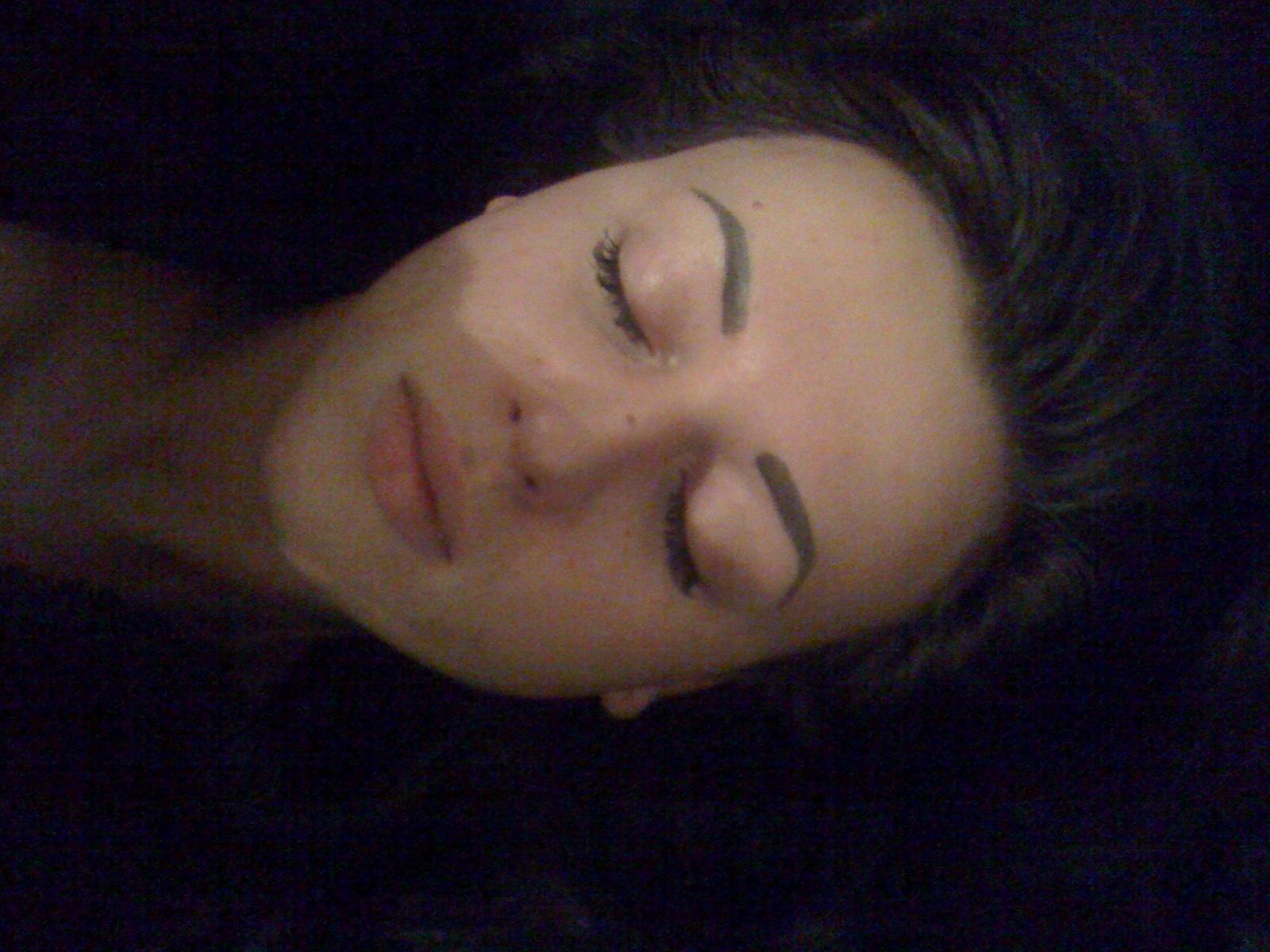 Сара Окс без макияжа спит