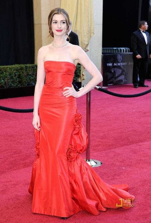 Красное платье со шлейфом Энн Хэтэуэй