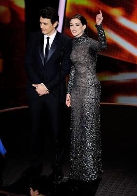Черное блестящее платье Энн Хэтэуэй