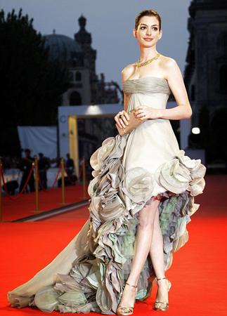 Ассиметричное платье Энн Хэтэуэй, ковровая дорожка