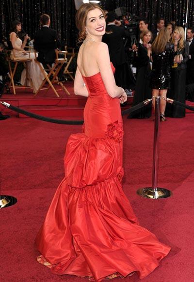 Платья Энн Хэтэуэй - красное