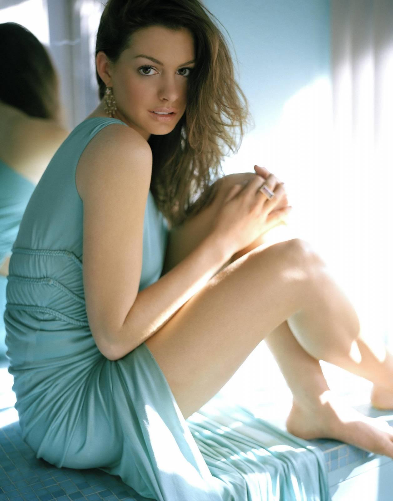 Нежное голубое платье Энн Хэтэуэй