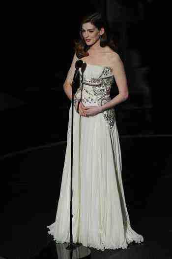 Светлое стильное платье Энн Хэтэуэй