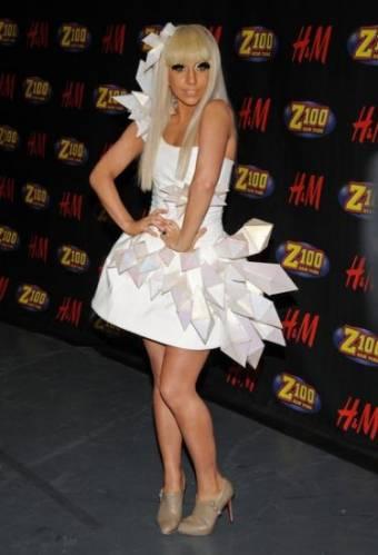 Белое платье Леди Гаги с интересными деталями
