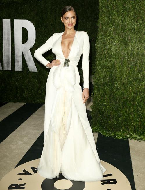 Длинное белое платье Ирины Шейк
