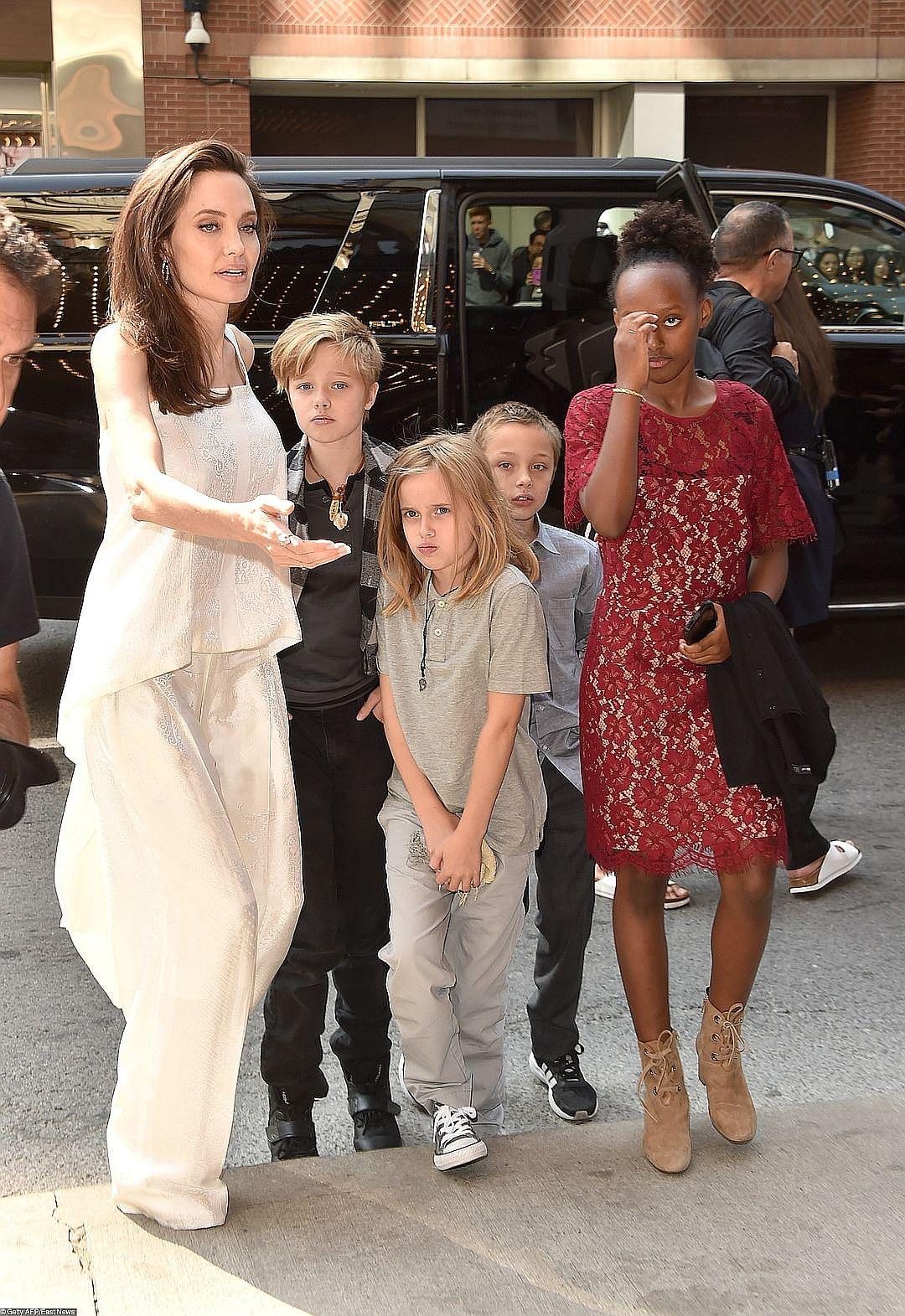Дочь Анджелины Джоли Шайло — мальчик или девочка