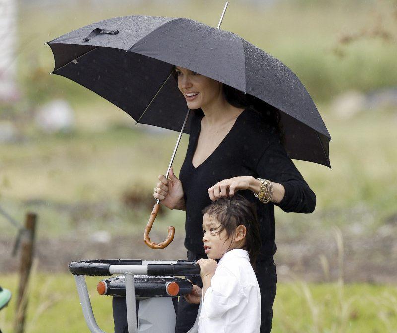 10 образов знаменитостей с зонтиками