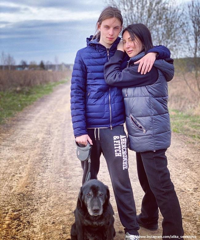 Алика Смехова поделилась фотографией сына