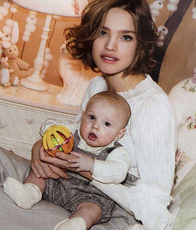 7 звезд, которые не испугались раннего материнства