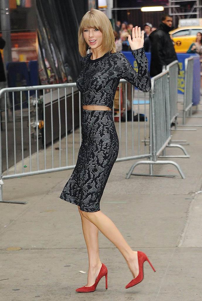 8 звезд, которые красиво носят юбки