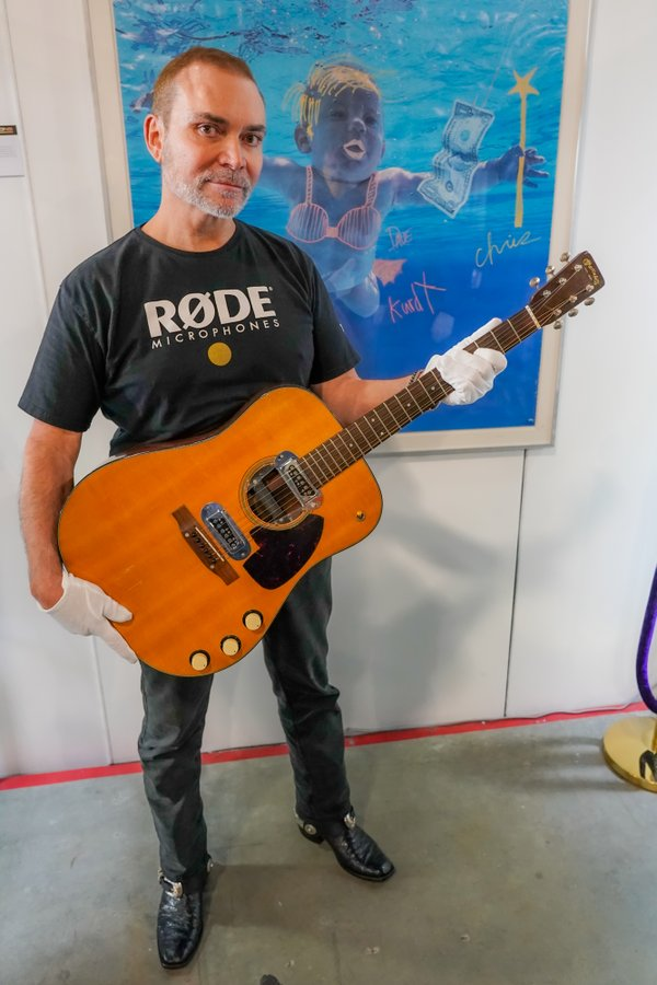 Гитара Курта Кобейна нашла хозяина, который заплатил 6 млн.$