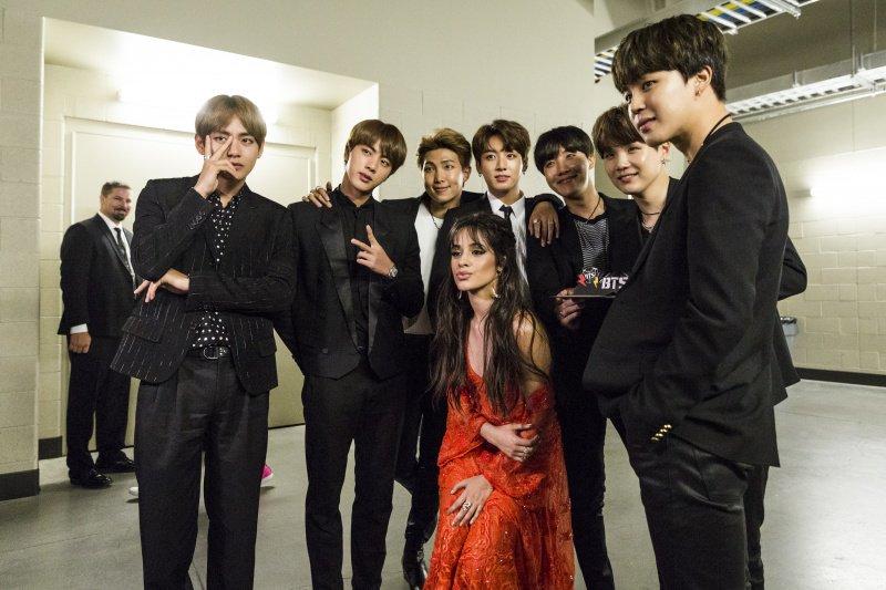 10 звезд, которые стали фанатами BTS