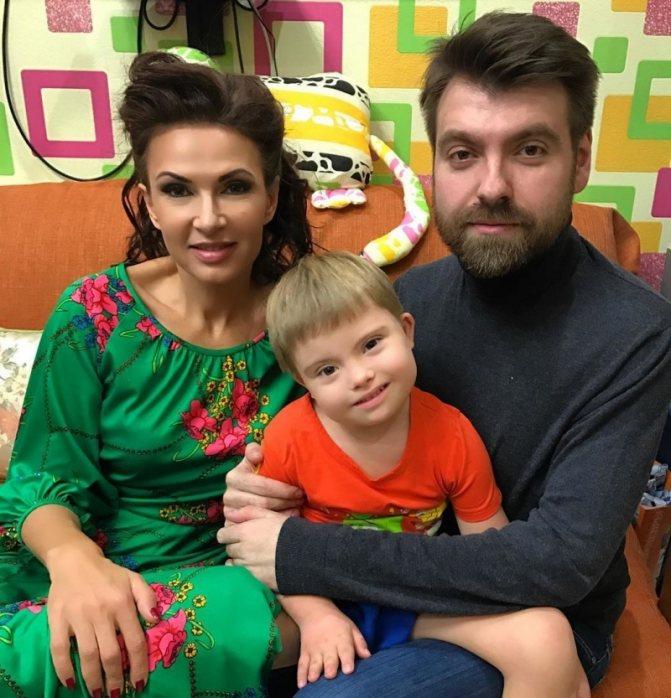 Эвелина Бледанс призналась, что брак распался из-за няни сына