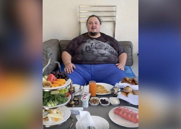 Сын Никаса Сафронова повредил бассейн в отеле Турции