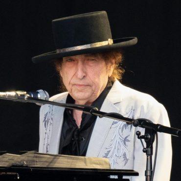 Культовый певец боб Дилан продал песни за 300 миллионов