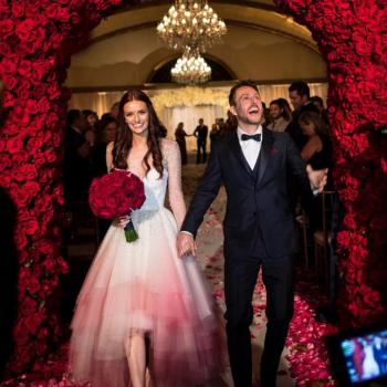 11 звезд, выбравших на свадьбу цветное платье